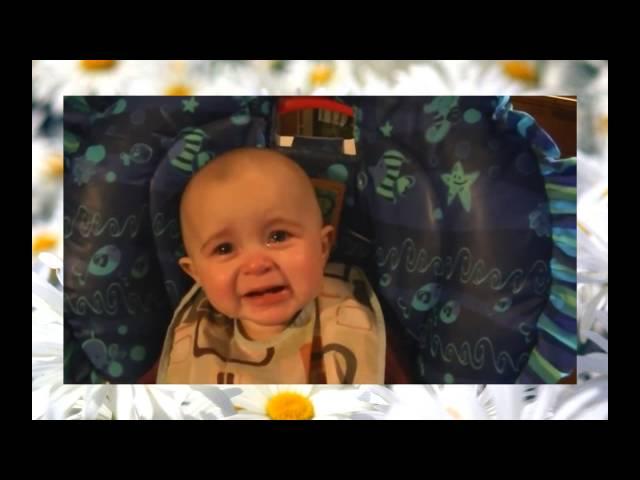 Классное видео. Прикольный малыш. Как он реагирует на мамину песню!